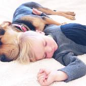 spící dítě se štěňátkem